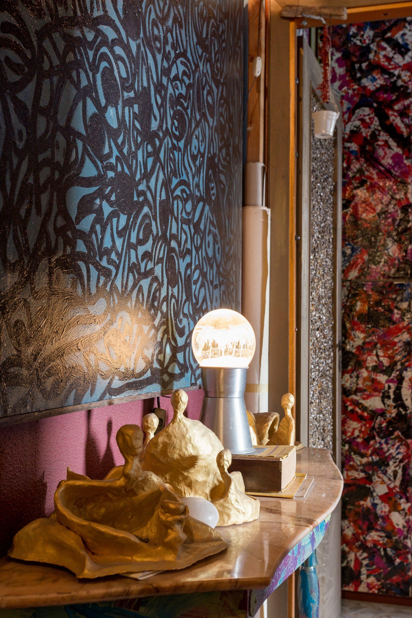 corpi d'argilla dipinti d'oro sicily contemporary artist